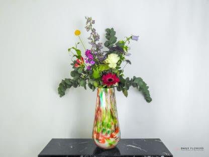 Klein boeket bloemen in vaas