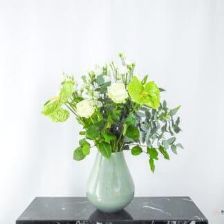 Elegant boeket in een groene vaas