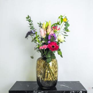 Boeket bloemen tiger vaas