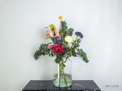 Boeket bloemen in transparante vaas