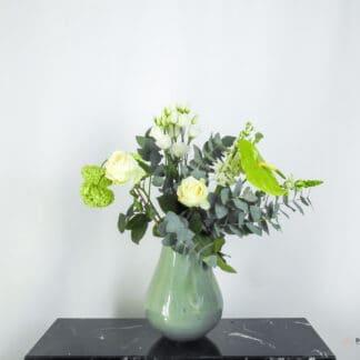 Klein en elegant boeket in een groene vaas